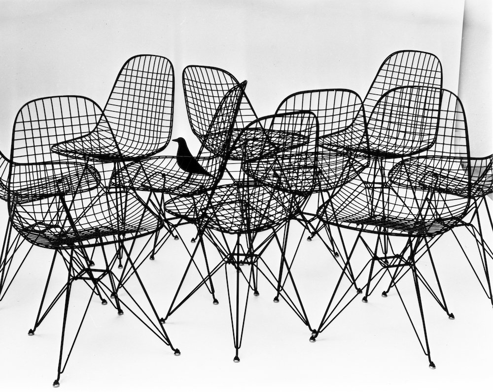 The World of Charles and Ray Eames. Wire Chairs with bird, 1953. Photo Charles Eames. © Eames Office LLC