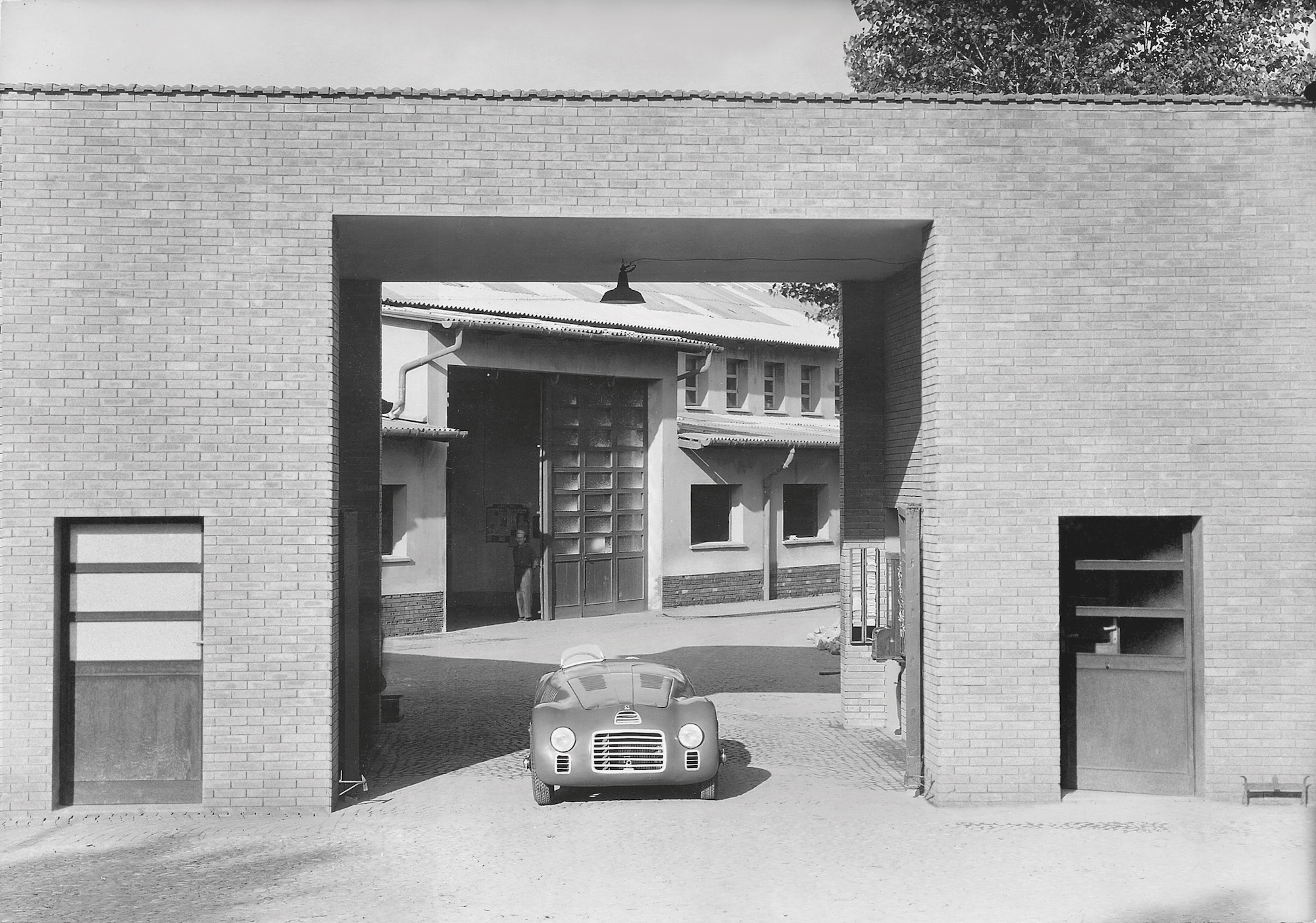 125 S is positioned at the entrance of the Ferrari factory, 1947 © Museo Ferrari